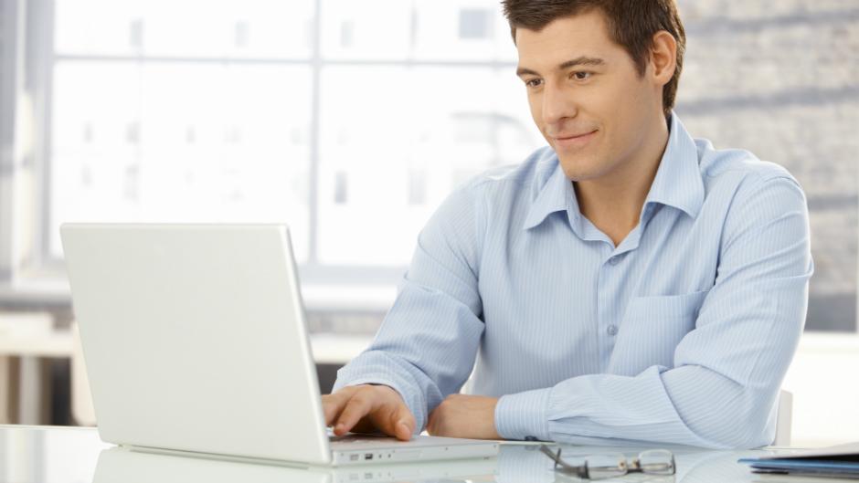 homem digitando no computador