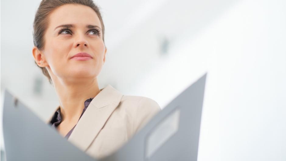 mulher olhando para o horizonte