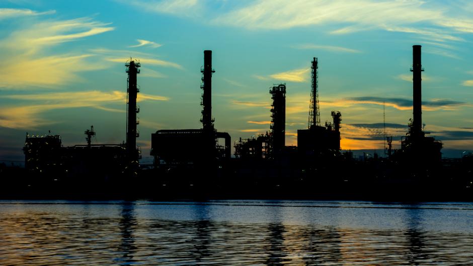 foto de uma industria no fundo