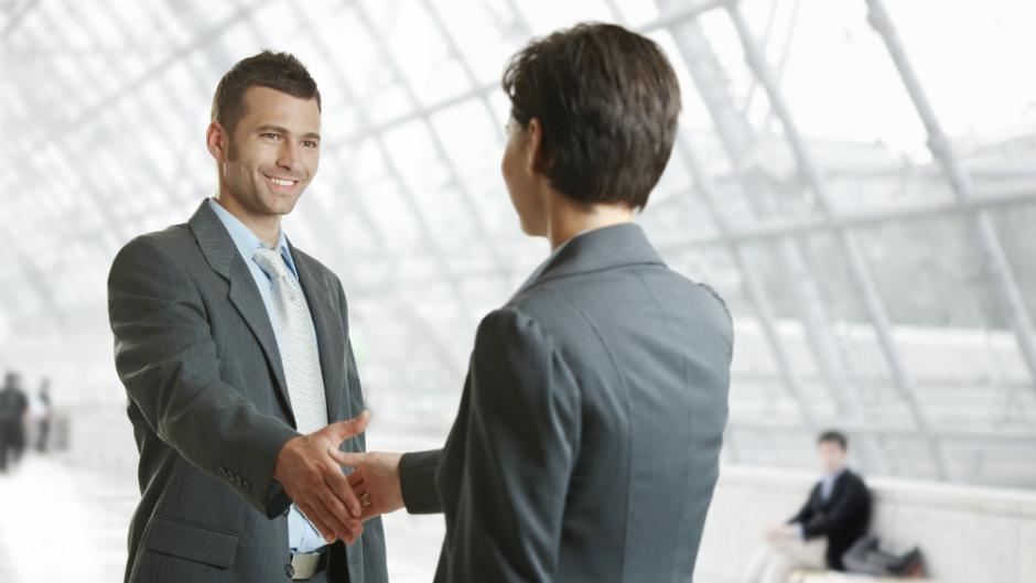 homens negociando