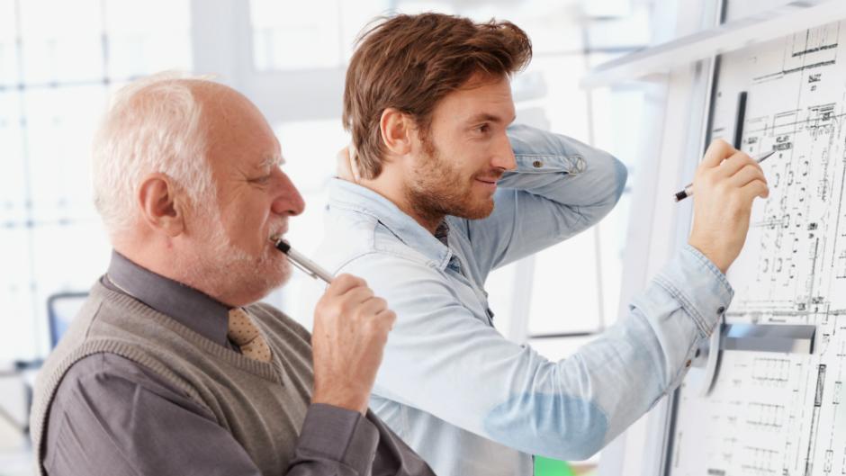 homem velho e homem jovem trabalhando juntos