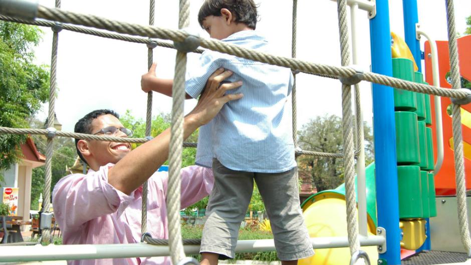 Homem segurando criança