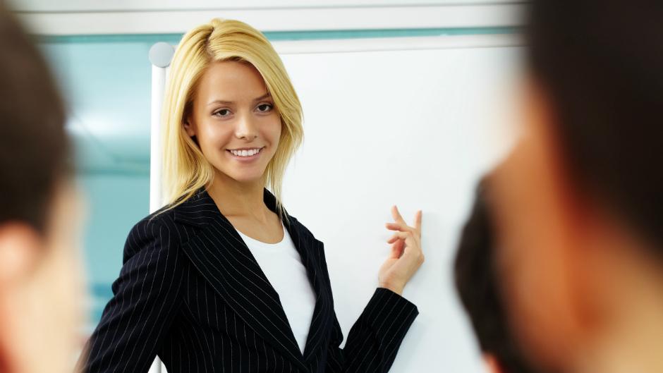 mulher executiva fazendo apresentacao