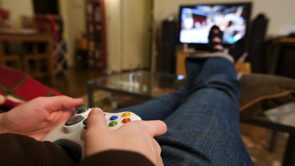 Pessoa jogando videogame com controle nas mãos - Gamification