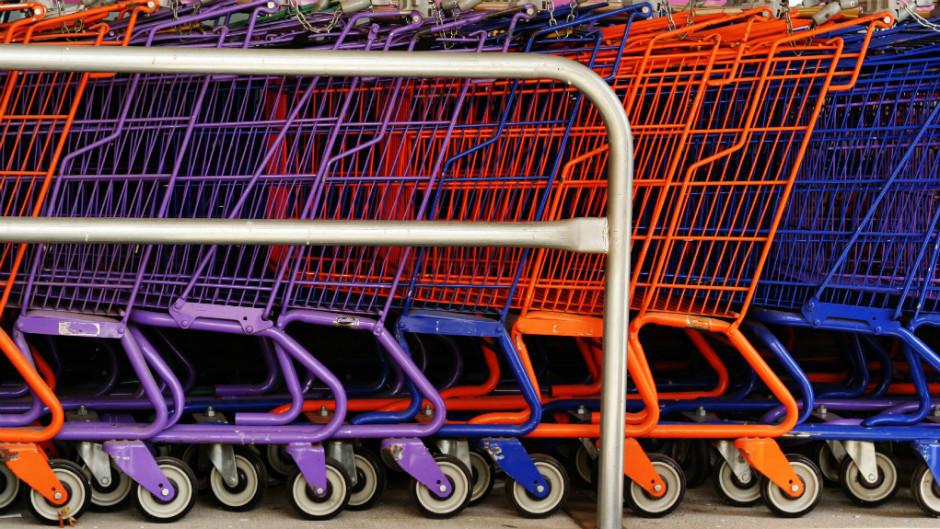 Carrinhos de supermercado coloridos em fila