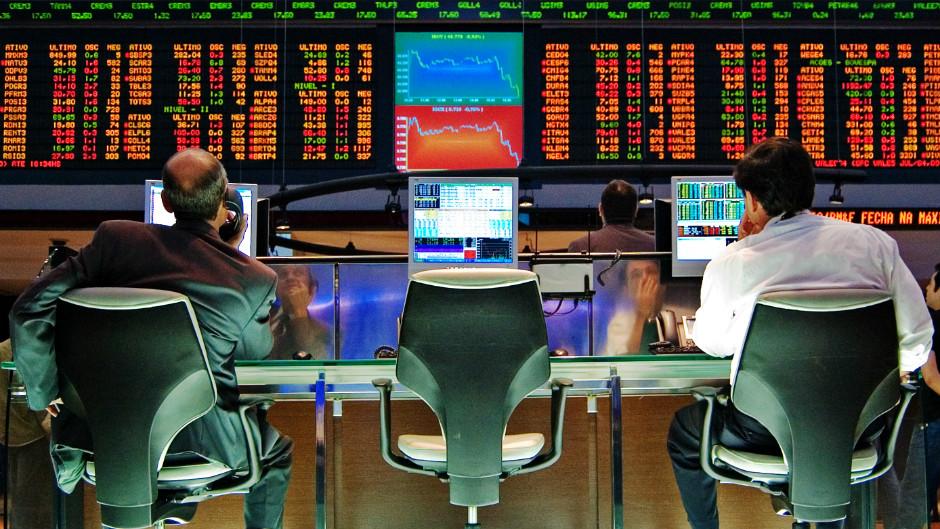 homens trabalhando na bolsa de valores