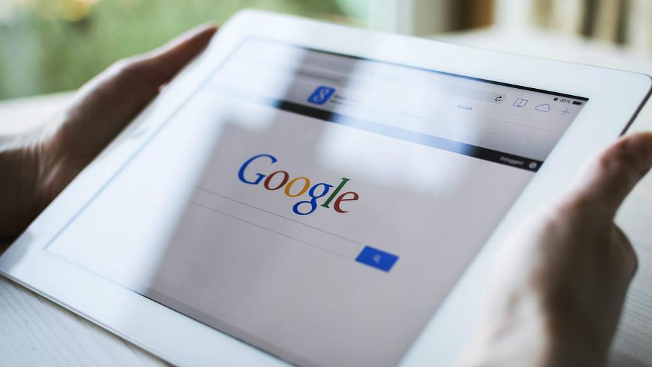 mulher segurando iPad com google aberto