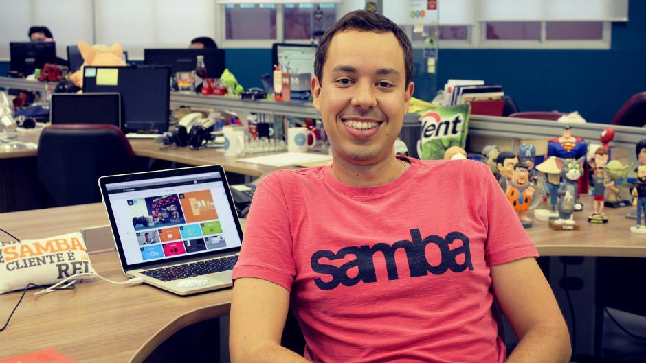 jovem profissional sorrindo em empresa de tecnologia