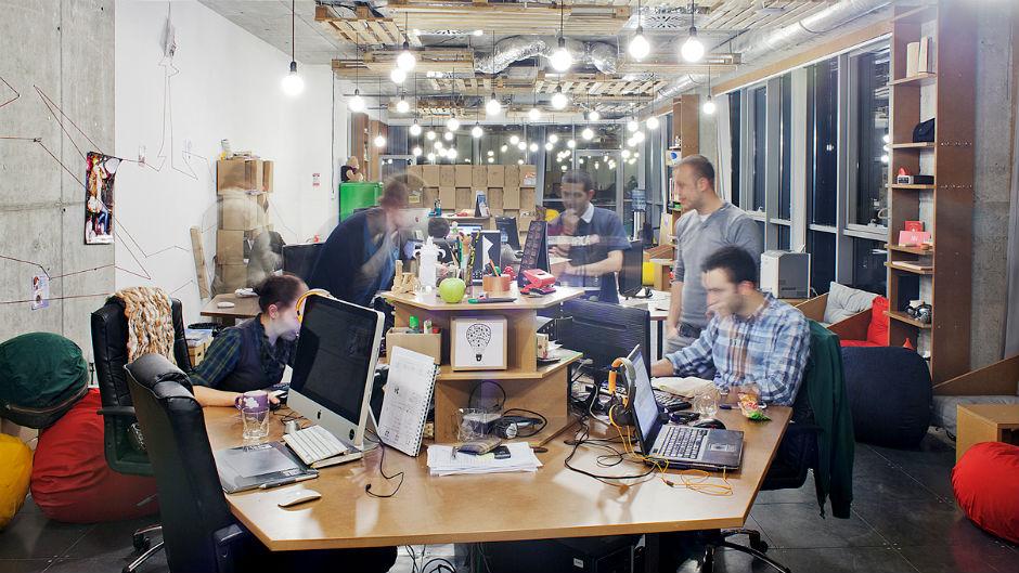 Pessoas trabalham em coworking aberto e bem iluminado