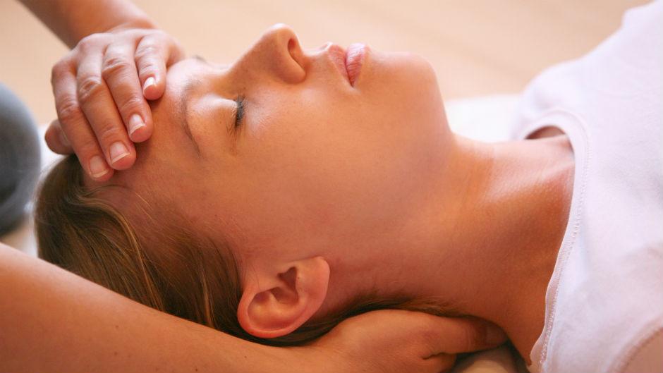 Mulher recebendo massagem facial