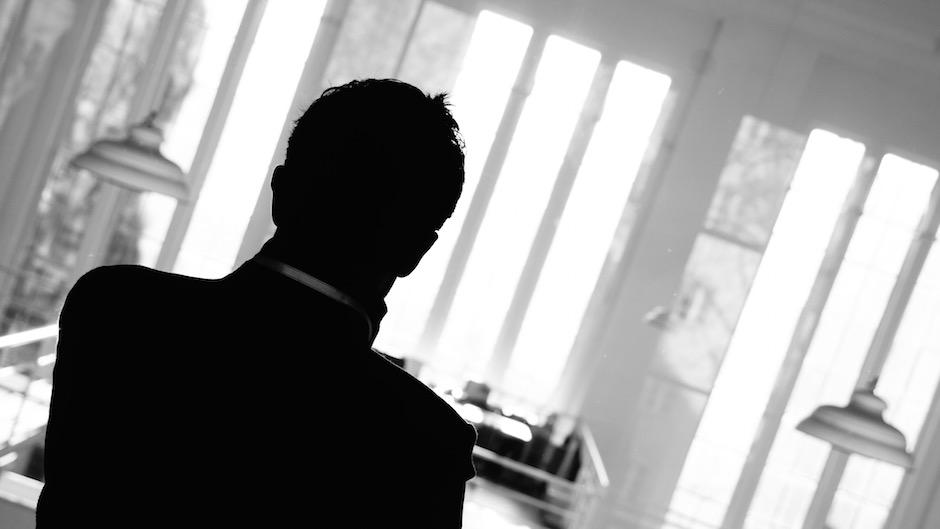 silhueta de executivo em preto e branco