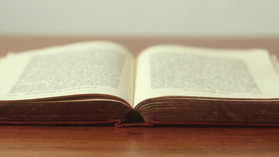 livro aberto sobre a mesa