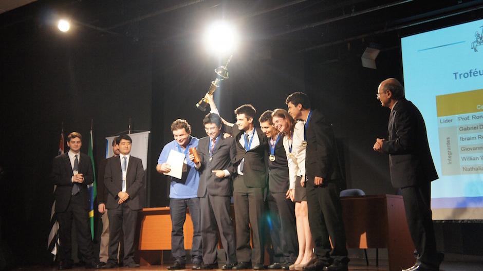 A equipe da B8 Projetos Educacionais ganhando premio