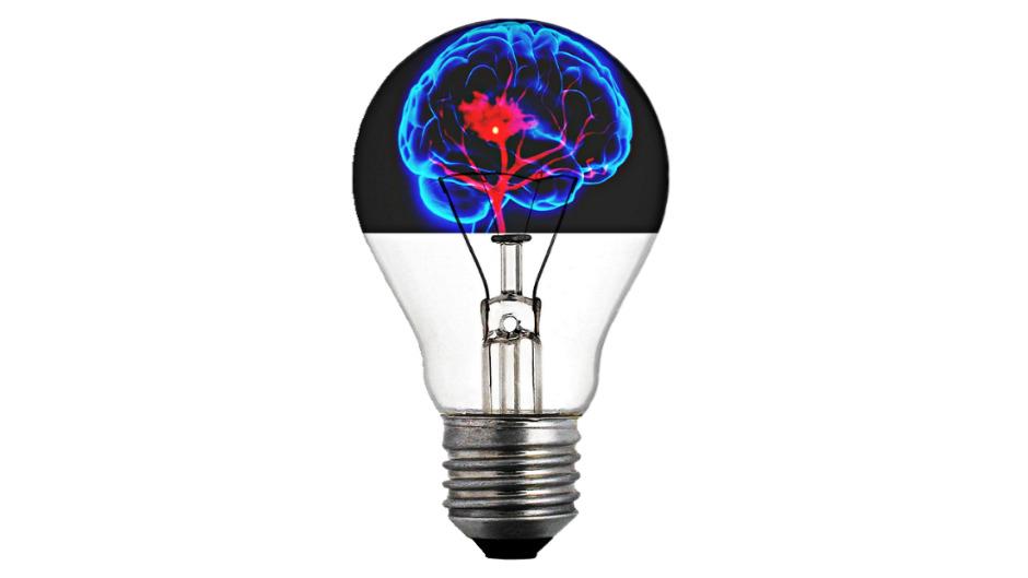 Montagem de cérebro dentro de lâmpada