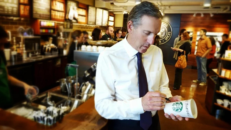 CEO do Starbucks assina copo