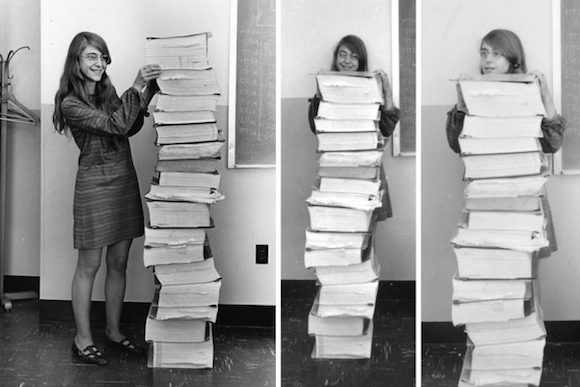 Margaret Hamilton ao lado do código do software de voo do Apollo 11 [MIT]