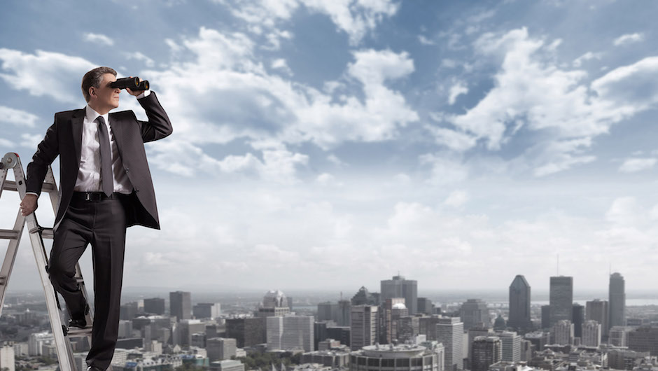 Homem em cidade grande olhando com binóculo para o horizonte