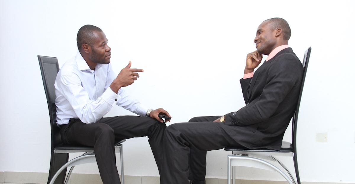 Homens em entrevista de emprego
