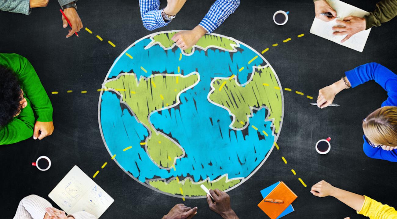 Pessoas em volta de um desenho da Terra