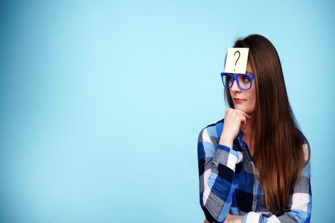 Mulher com interrogação em post it na test - Carreira
