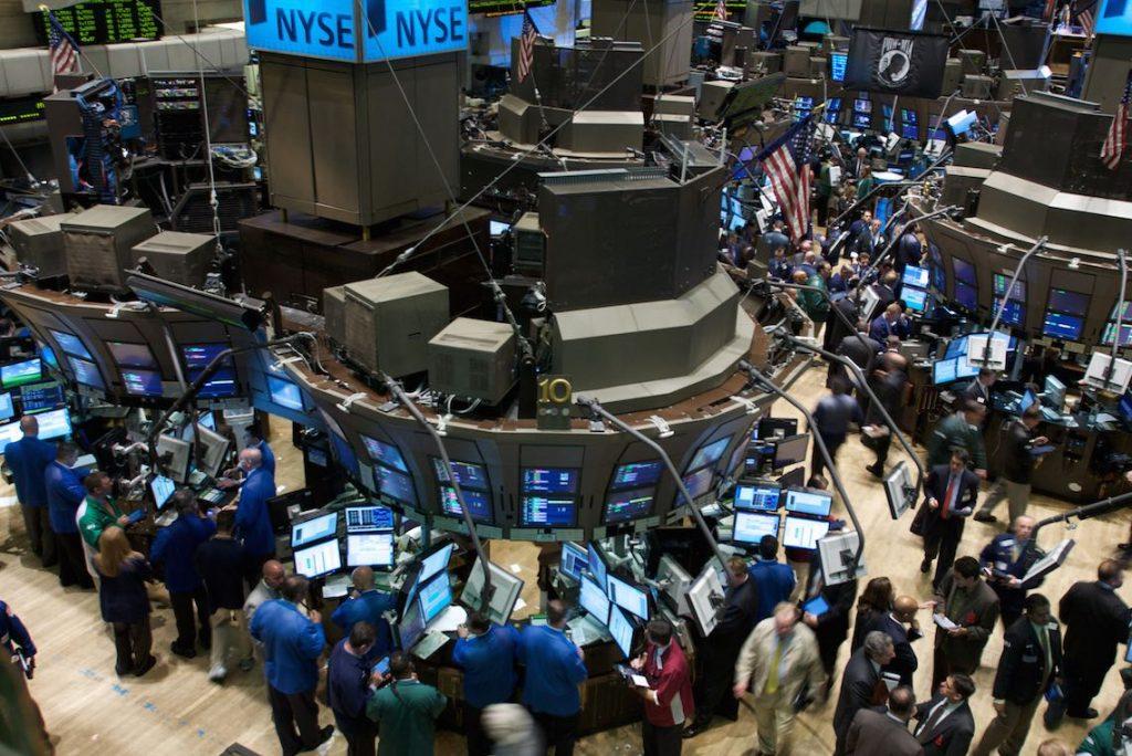 Traders na bolsa de valores de Nova York - Entenda o mercado no Carreira Na Prática Mercado Financeiro