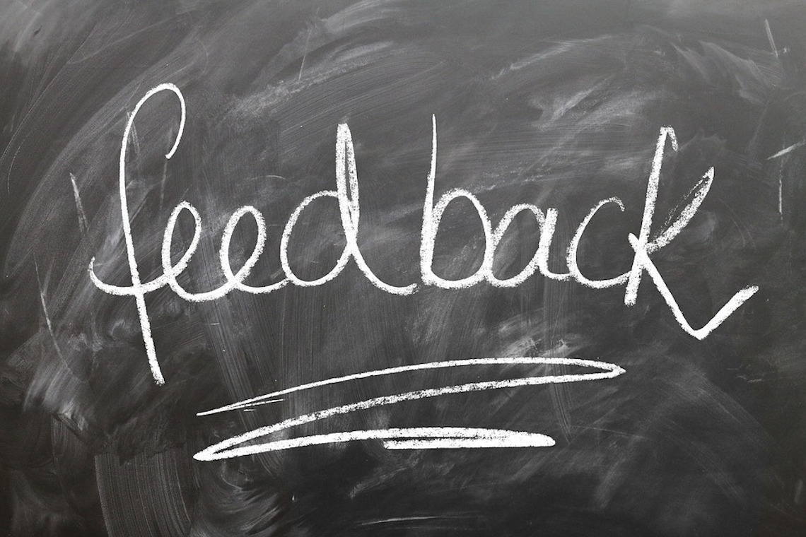 A palavra feedback escrita numa lousa