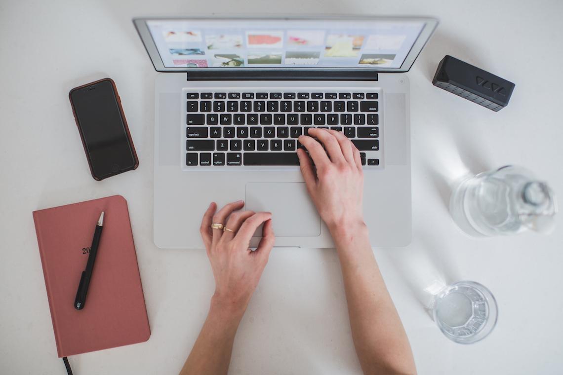 Mãos digitando em computador
