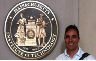 Pedro Pires ao lado da placa do Massachussetts Institute of Technology.