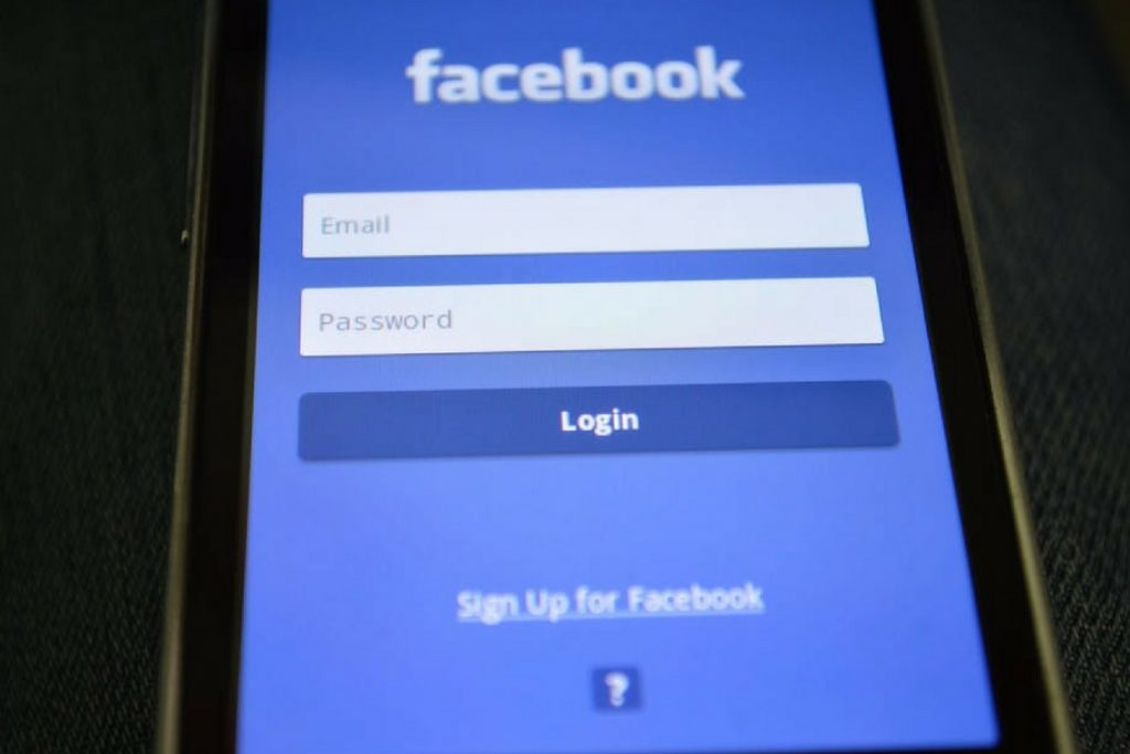 Página de login do Facebook aberta no celular