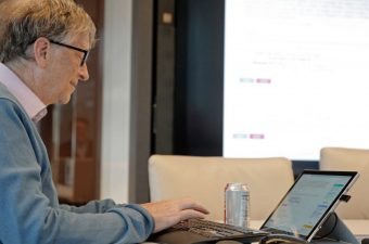 Bill Gates mexendo no computador