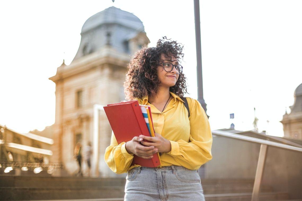 jovem moça estudante segurando livros