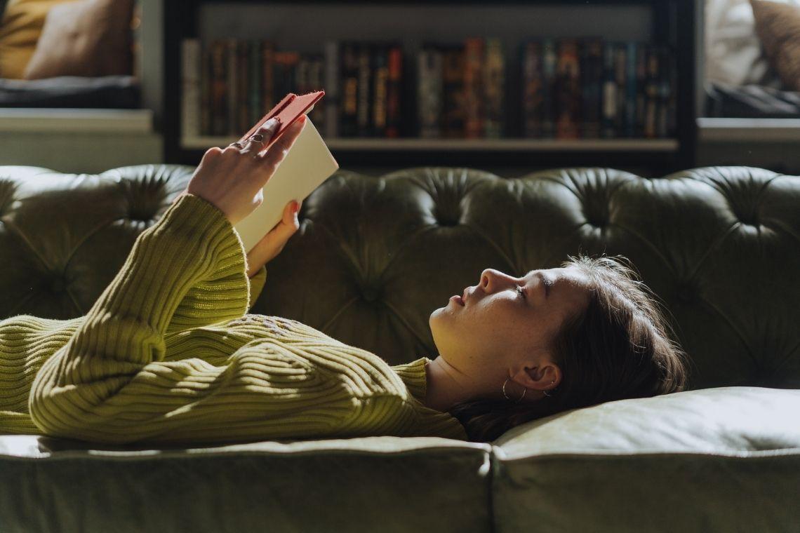 mulher lendo deitada