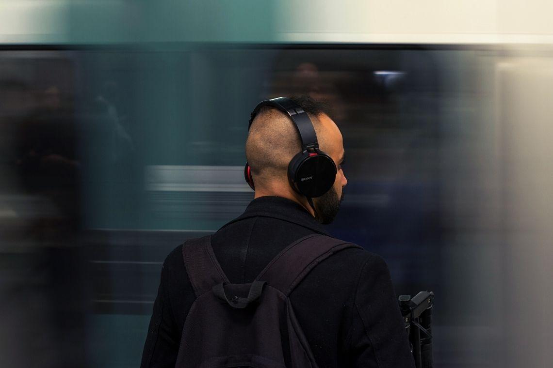 jovem de fone de ouvido do tipo headphone